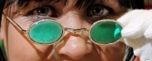 عینک طلایی با شیشه های زمردین